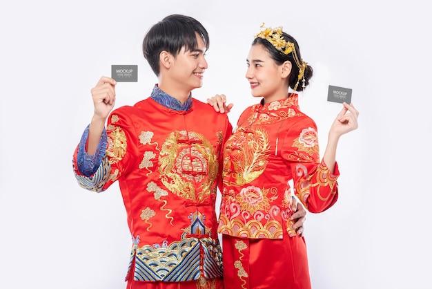 Chinese man en chinese vrouw houden leeg creditcardmodel Gratis Psd