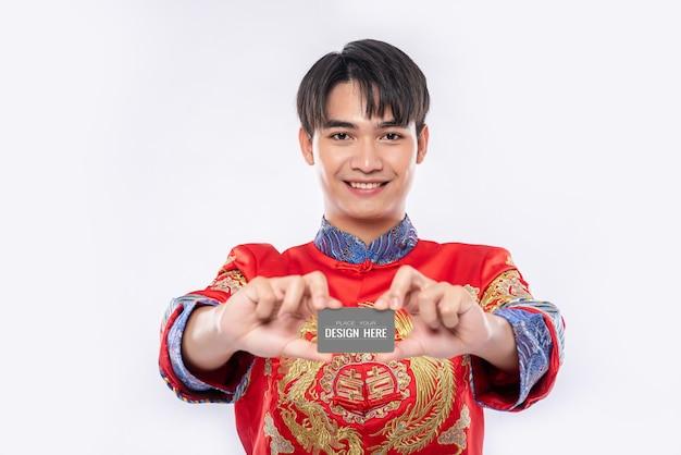 Chinese man houdt leeg creditcardmodel Gratis Psd