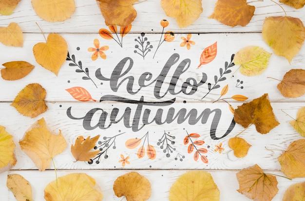 Ciao citazione d'autunno circondata da foglie gialle Psd Gratuite