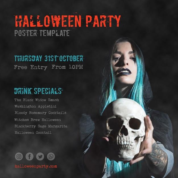 Close-up chica de pelo azul sosteniendo una calavera fiesta de halloween PSD gratuito