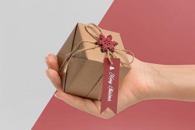 Close-up hand met geschenkdoos Gratis Psd