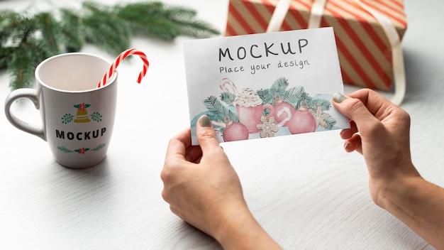 Close-up handen met mock-up kaart Premium Psd