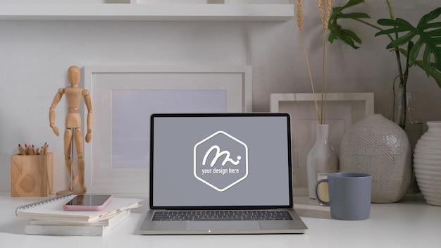 Close-up van studie tafel met mock up laptop, boeken, briefpapier en decoraties Premium Psd