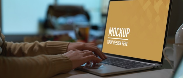 Close-up van werkruimte met laptop mockup in kantoor aan huis kamer Premium Psd