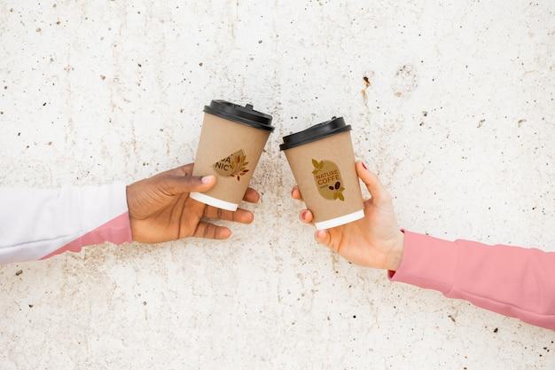 Close-upvrienden met koffie en hoodies Gratis Psd