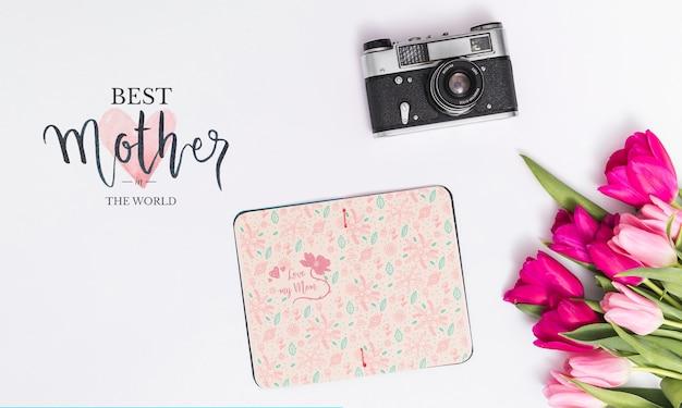 Composición flat lay para el día de la madre con mockup de libro abierto PSD gratuito