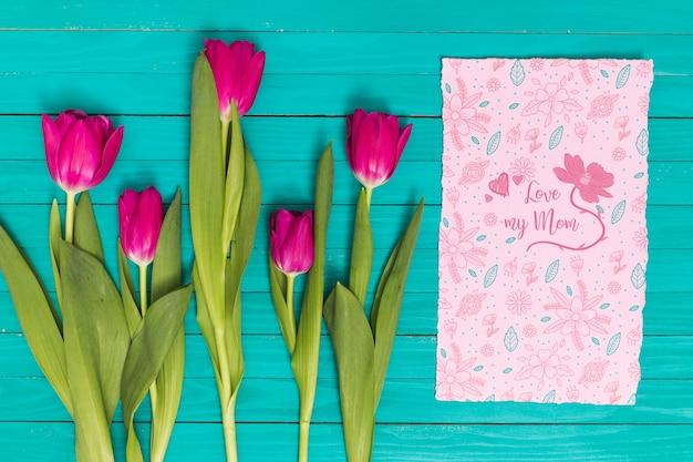 Composición flat lay para el día de la madre con mockup de tarjeta PSD gratuito