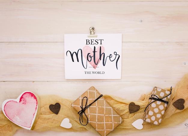 Composición flat lay del día de la madre con mockup de tarjeta PSD gratuito