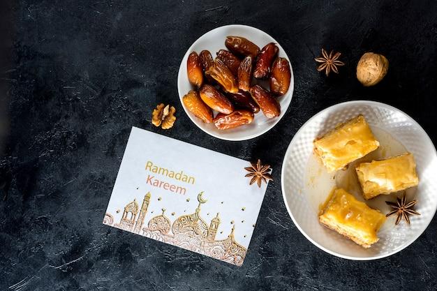 Composición flat lay de ramadán con mockup de tarjeta PSD gratuito