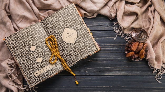 Composición flat lay de ramadán con plantilla de libro abierto PSD gratuito