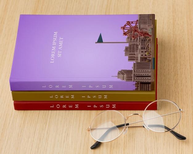 Composición de portada de libro con gafas PSD gratuito