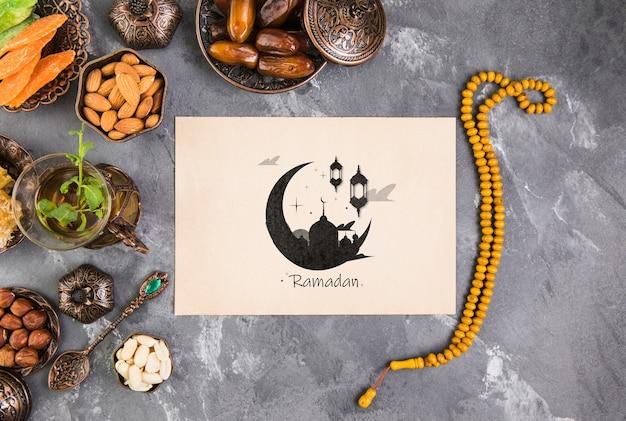Composizione di ramadan piatto laici con modello di carta di carta Psd Gratuite