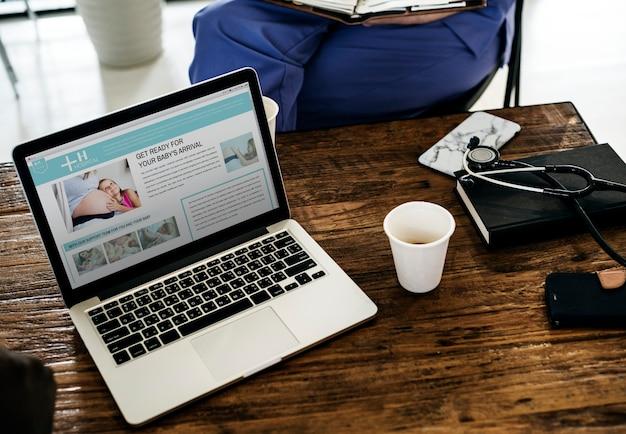 Computer portatile che mostra il sito web del servizio ospedaliero Psd Premium
