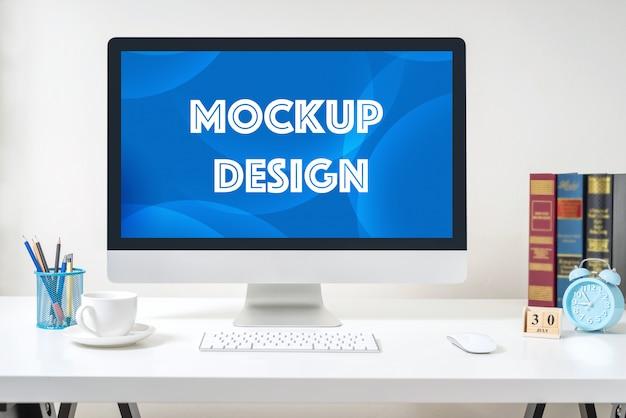 Computervertoning voor model op wit bureau op het kantoor. Premium Psd