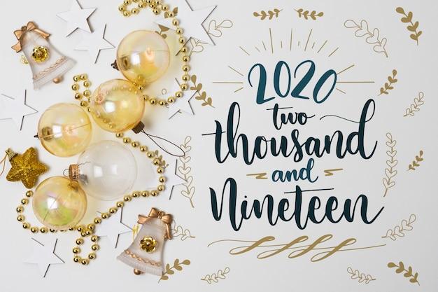 Concepto de año nuevo con bolas de navidad PSD gratuito