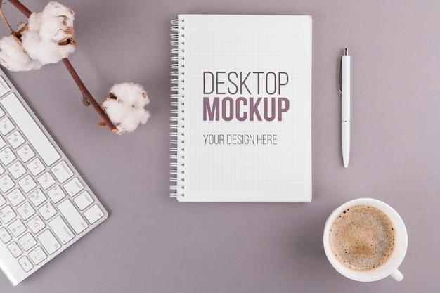 Concepto de escritorio con libreta y café PSD gratuito
