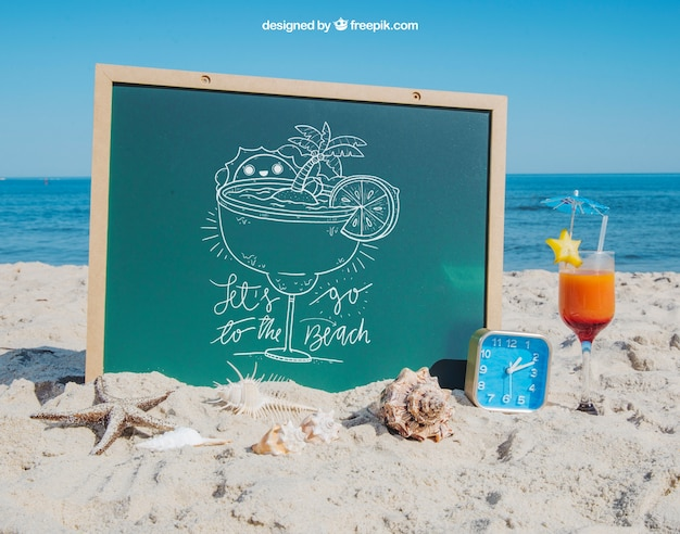 Concepto de playa con pizarra y coctél PSD gratuito