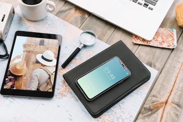 Concepto de viajar con smartphone y tableta PSD gratuito