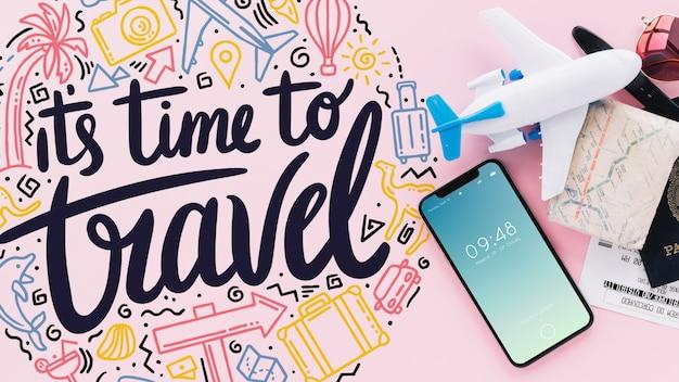 Concepto de viajar con smartphone PSD gratuito
