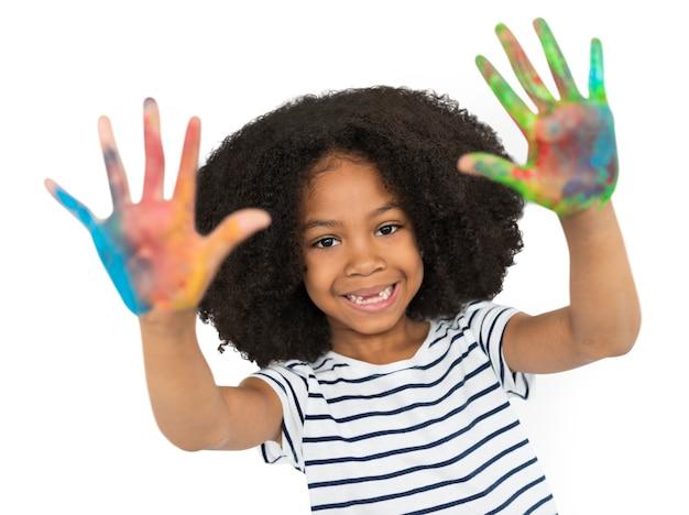 Concetto della pittura della mano della bambina di origine africana Psd Gratuite