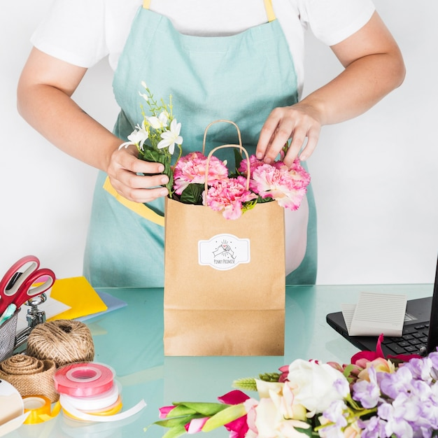 Concetto di giardinaggio con la donna che prepara borsa con i fiori Psd Gratuite