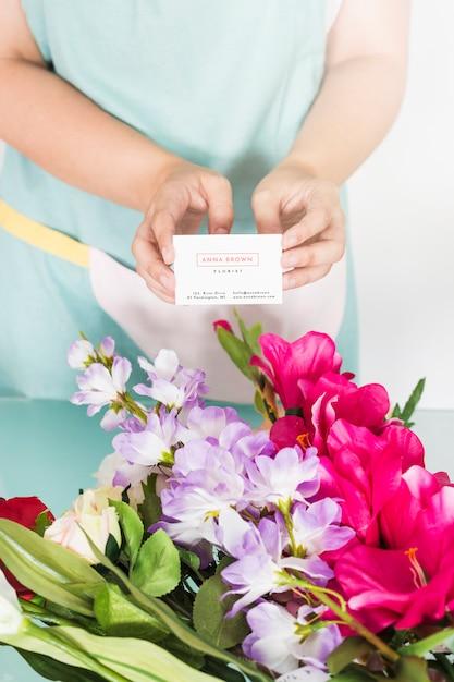 Concetto di giardinaggio con la donna che presenta il biglietto da visita Psd Gratuite