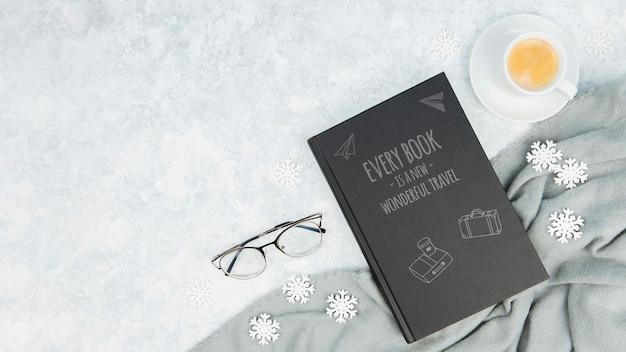 Concetto di libro minimalista con bicchieri e tazza di caffè Psd Gratuite