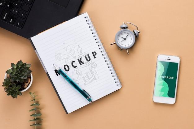 Concetto di scrivania con notebook e telefono Psd Gratuite
