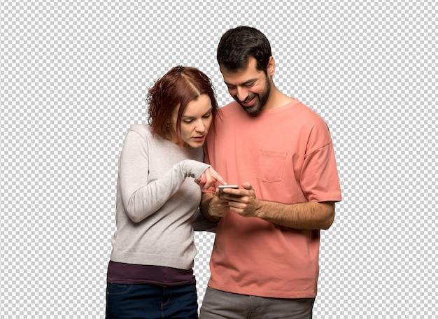 Coppia nel giorno di san valentino invio di un messaggio con il cellulare Psd Premium