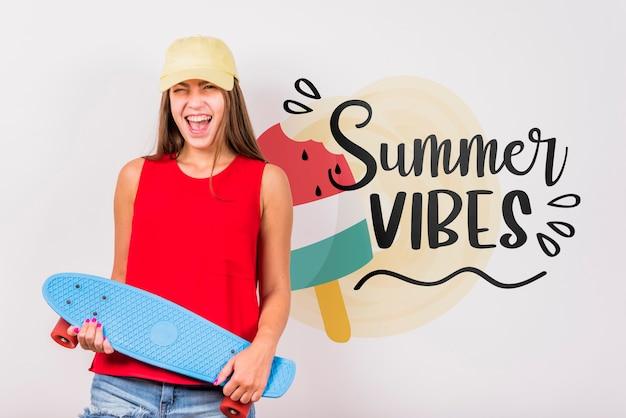 Copyspace-mockup voor de zomer met vrolijke vrouw Gratis Psd