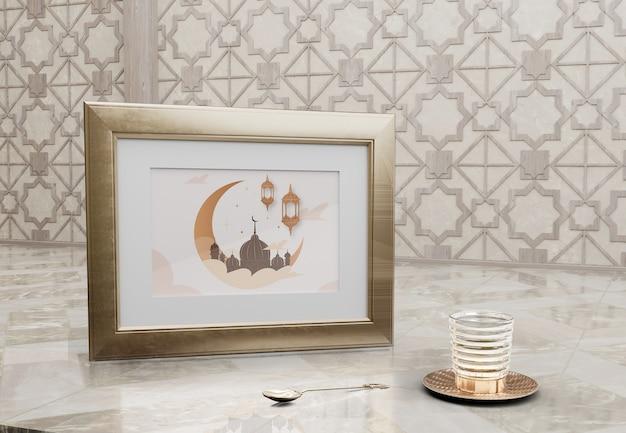 Cornice con immagine della moschea e vetro sul tavolo di marmo Psd Gratuite