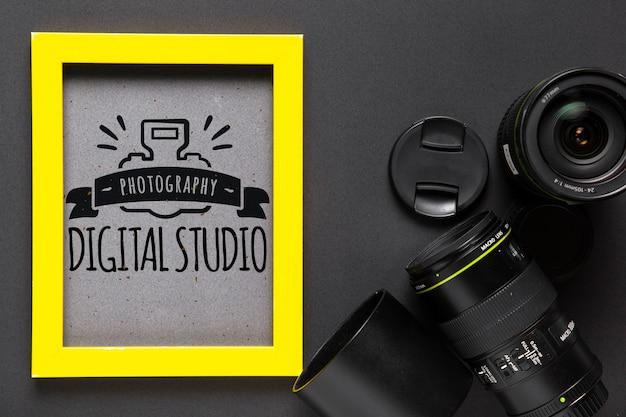 Cornice con logo in studio accanto alla fotocamera Psd Gratuite