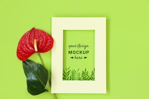 Cornice per foto con fiore rosso su sfondo verde Psd Premium