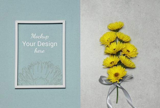 Cornice per foto mockup con fiori gialli su sfondo blu grigio Psd Premium