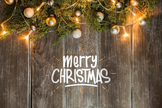 Corona de navidad iluminada en mesa de madera PSD gratuito