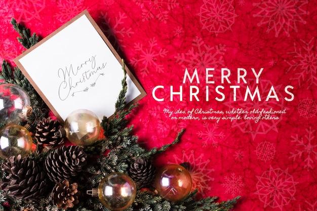Corona y tarjeta de felicitación en la mesa para el día de navidad PSD gratuito