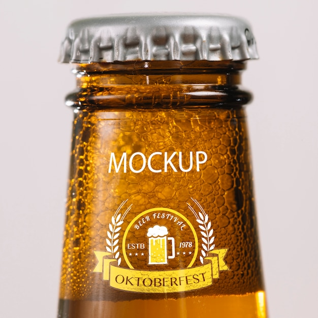 Cuello de botella de cerveza de primer plano PSD gratuito