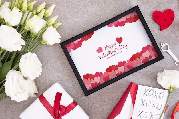 De dagframe en bloemen van de mooie valentijnskaart Gratis Psd