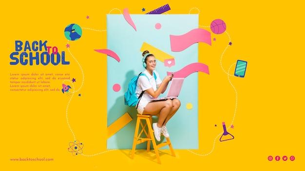 De gelukkige zitting van het tienermeisje op een stoel Gratis Psd