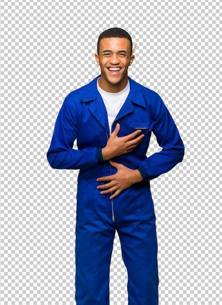De jonge mens die van de afro amerikaanse arbeider een partij glimlachen terwijl het zetten van handen op borst Premium Psd