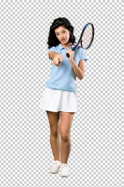 De jonge vrouw van de tennisspeler verrast en richtend voorzijde Premium Psd