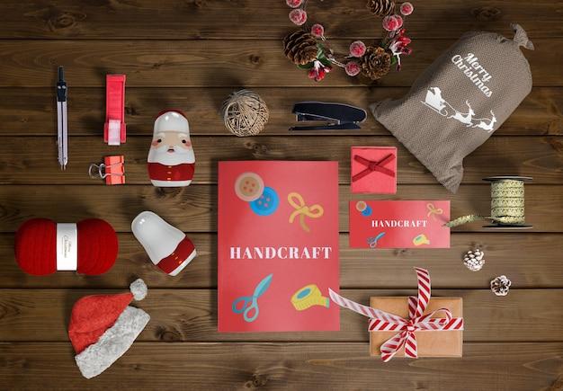 De schepperconcept van de kerstmisscène op houten lijst Gratis Psd