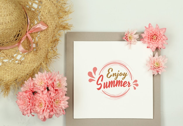 De zomersamenstelling met strohoed en de zomerbloemen Premium Psd