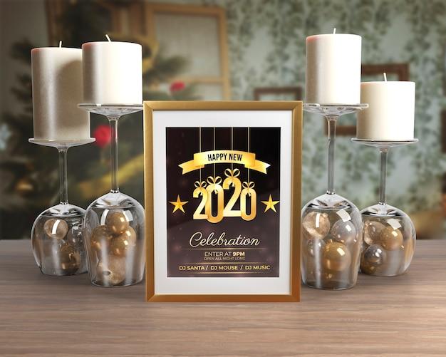 Decoraciones de noche de año nuevo en la mesa PSD gratuito