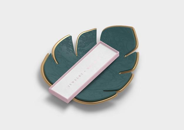 Decoratieblad met roze geschenkdoos Gratis Psd