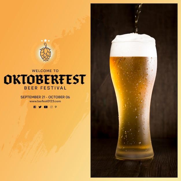Deliciosa cerveza oktoberfest vertiendo en vidrio PSD gratuito