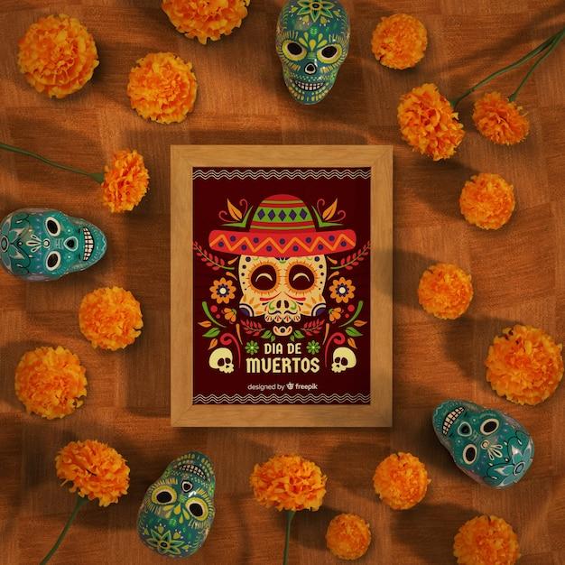 Dia de muertos mock-up omringd door schedels en bloemen Gratis Psd