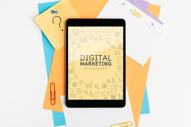 Digitale marketing achtergrond op het bovenaanzicht van het tabletapparaat Gratis Psd