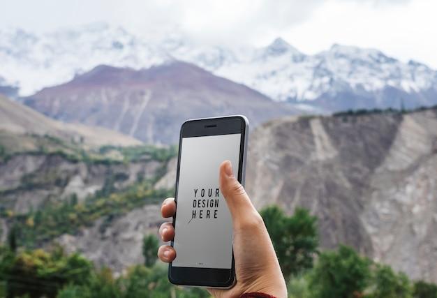 Diseño de maqueta de teléfono móvil por las montañas del himalaya. PSD Premium