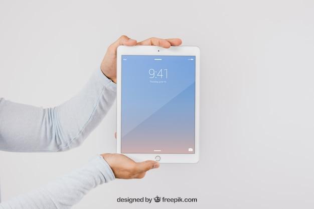 Diseño de mock up de manos y tablet PSD gratuito